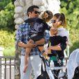Jessica Alba et son époux lors d'une sortie en famille dans un parc de Los Angeles le 18 février 2012