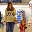 Alyson Hannigan et sa fille Satyana en trottinette arpentent les rayons d'un magasin pour bébés. Santa Monica, le 29 février 2012.