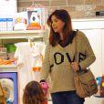 Alyson Hannigan, stylée au cours d'une séance shopping à Santa Monica avec sa fille Satyana. Le 29 février 2012.