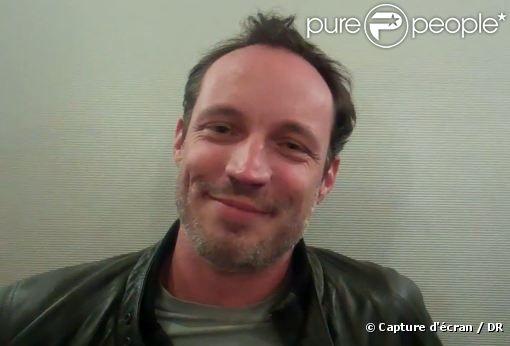 Grégory Questel au cours d'une interview pour les comptes Facebook et Twitter de Plus Belle La Vie.