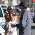 Charlie Sheen et Denise Richards se font un gros câlin au moment de se quitter, à Los Angeles, le 4 mars 2012.