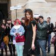 Mareva Galanter dans un total look black à son arrivée à l'Oratoire du Louvre pour le défilé Jean-Charles de Castelbajac. Paris, le 6 mars 2012.