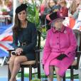 La reine Elizabeth II et la duchesse de Cambridge en visite à Leicester écoutent un discours de bienvenue puis assistent à un défilé de mode, le 8 mars 2012