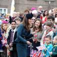 La reine Elizabeth II et la duchesse de Cambridge s'offrent un bain de foule à Leicester, le 8 mars 2012