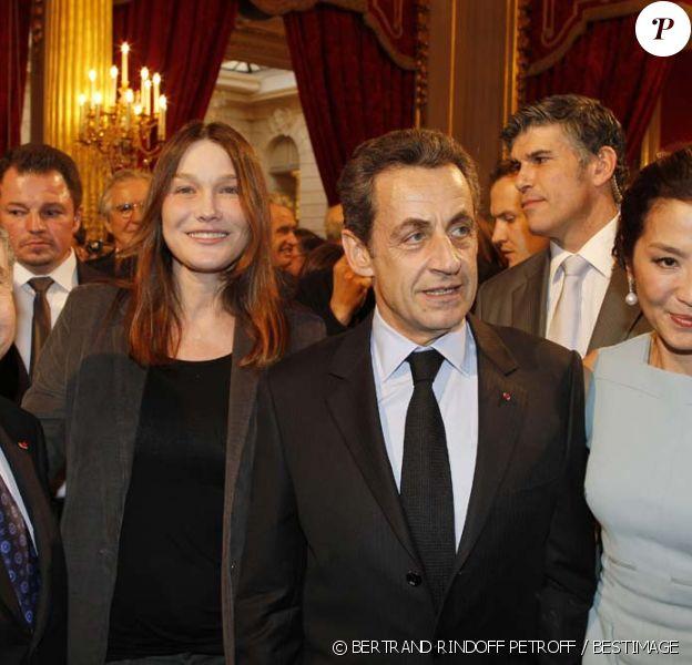 Jean Todt, Carla Bruni, Nicolas Sarkozy et Michelle Yeoh à la cérémonie organisée à l'Élysée où le président a décoré onze  personnalités du monde des arts et du spectacle, le 14 mars 2012.