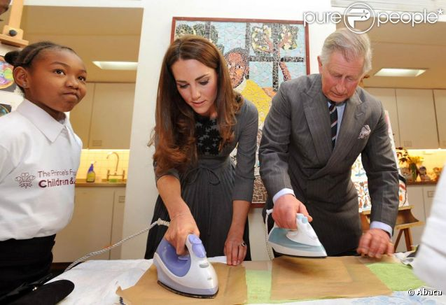 Kate Middleton et le prince Charles ont battu le fer en duo lors de leur visite au programme The Great Art Quest de la Foundation for children and the arts, à Londres, le 15 mars 2012.