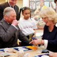 "L'atelier découpage-collage ""Face Britain"" a été animé, le prince Charles, malgré l'aide de son épouse Camilla, se faisant rabrouer par une fillette de 10 ans.   Kate Middleton et le prince Charles étaient en visite au programme The Great Art Quest de la Foundation for children and the arts, à Londres, le 15 mars 2012."