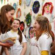 Kate Middleton a encore une fois démontré sa merveilleuse complicité avec les enfants, lors de sa visite avec son beau-père le prince Charles à la Foundation for Children and the arts à la Dulwich Gallery de Londres, le 15 mars 2012.