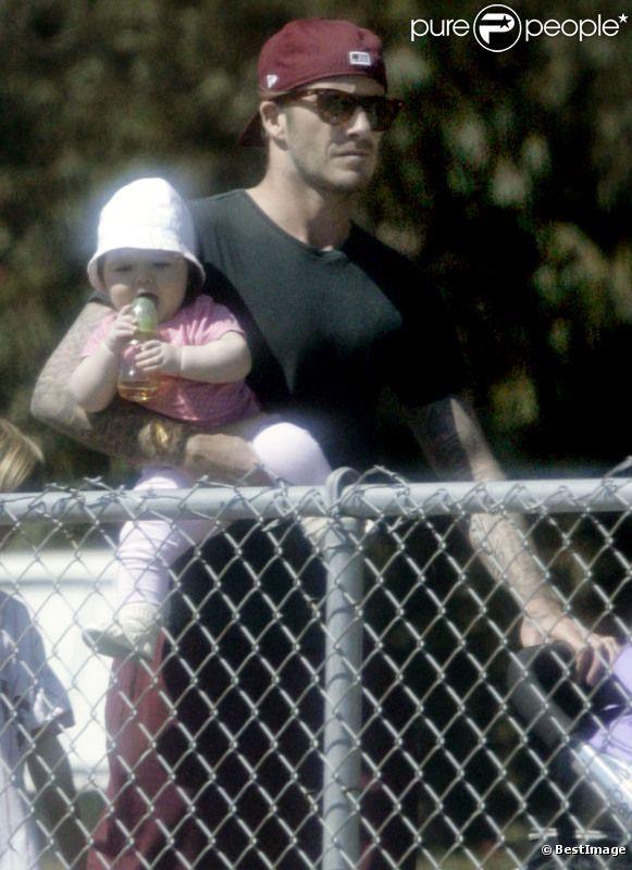 David Beckham dans un parc de Brentwood avec ses enfants. Harper, sa fille, a volé la vedette à tout le monde ! Mars 2012
