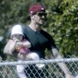 David Beckham dans un parc de Brentwood s'offre un moment câlin avec sa fille Harper en mars 2012