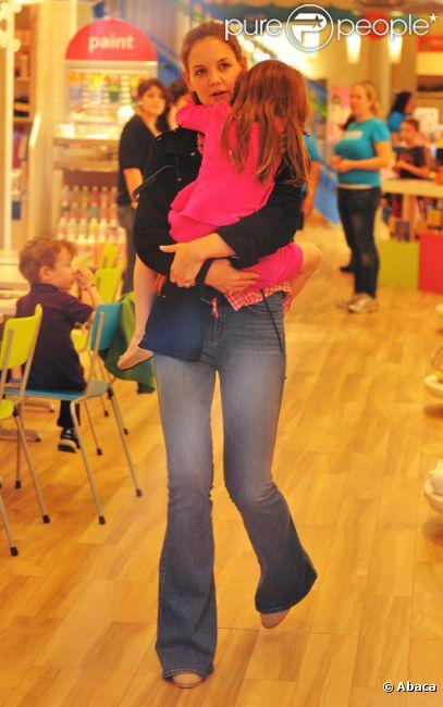 Katie Holmes porte sa fille Suri dans les bras à New York, le 20 mars 2012