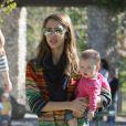 La radieuse Jessica Alba garde un oeil sur Honor et ses amies tout en tenant son adorable Haven dans les bras. Beverly Hills, le 21 mars 2012.