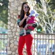 Jessica Alba en mode détente avec Haven dans les bras, au cours d'une après-midi au parc Coldwater Canyon à Beverly Hills, le 21 mars 2012.