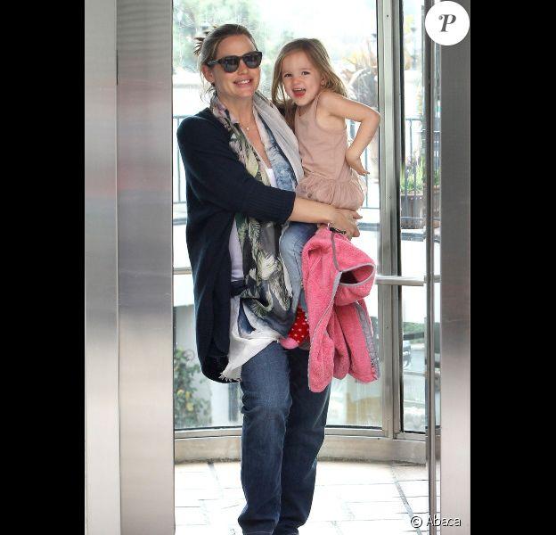 Jennifer Garner et sa fille Seraphina souriantes sortent de chez le pédiatre, à Los Angeles, le 22 février 2012