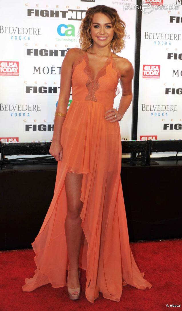 Miley Cyrus, superbe dans une robe orange décolletée et fendue, a fait  forte impression