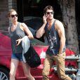 Emily VanCamp et Joshua Bowman, amoureux, profitent du soleil à Los Feliz, le 10 mars 2012