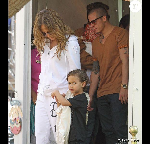 Jennifer Lopez semble plus épanouie que jamais lorsqu'elle visite la maison du lapin Bunny avec ses enfants et son petit ami Casper Smart à Los Angeles le 5 avril 2012