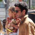 Jennifer Lopez, sa petite Emme à croquer dans les bras du baby-sitter, visite la maison du lapin Bunny à Los Angeles le 5 avril 2012