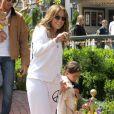 Jennifer Lopez se rend au centre commercial The Grove avec son petit ami Casper Smart et ses enfants Max et Emme afin de prendre quelques photos avec le Lapin de Pâques à Los Angeles le 5 avril 2012