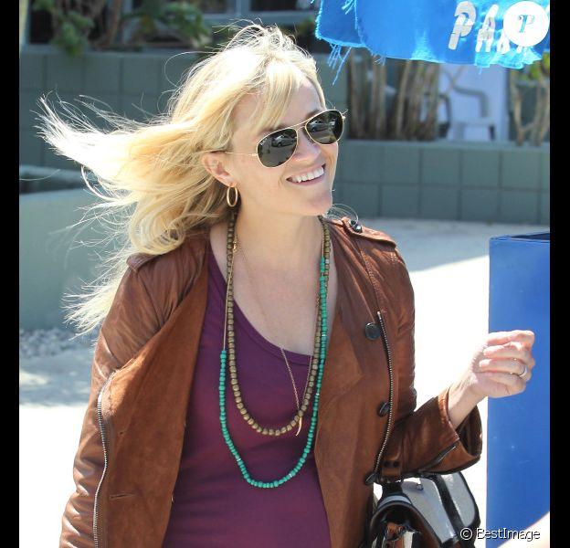 Reese Witherspoon, très souriante dans les rues de Los Angeles, dévoile son ventre rond qui pousse à vue d'oeil. Le 10 avril 2012