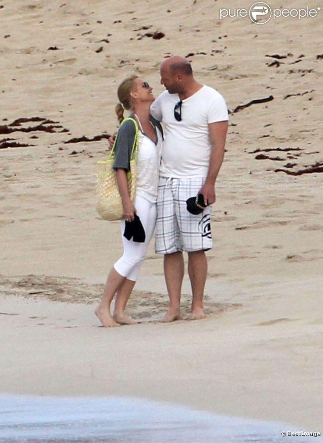 Nicollette Sheridan et son amoureux sur la plage de Saint-Barthélemy le 11 avril 2012