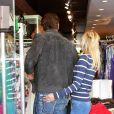 Très amoureux, David Hasselhoff et sa chérie Hayley Roberts font du shopping à Los Angeles le 11 avril 2012
