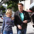 Epanouis, David Hasselhoff et sa chérie Hayley Roberts font du shopping à Los Angeles le 11 avril 2012