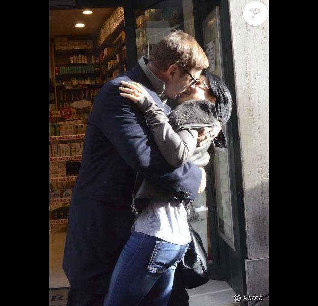 Alec Baldwin et sa fiancée Hilaria Thomas s'autorisent un baiser fougeux dans les rues de Rome le 12 avril 2012