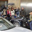 Le prince Felipe d'Espagne rend visite le 14 avril 2012 à son père le roi Juan Carlos Ier à l'hôpital où il a été admis pour le remplacement d'une hanche suite à un accident de chasse au Botswana.