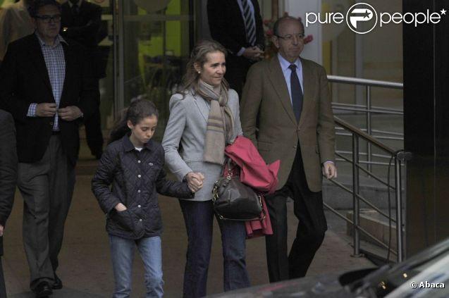 L'infante Elena d'Espagne et sa fille Victoria rendent visite le 14 avril 2012 au roi Juan Carlos Ier à l'hôpital où il a été admis pour le remplacement d'une hanche suite à un accident de chasse au Botswana.