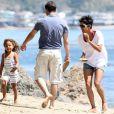 Halle Berry, sa fille Nahla et son compagnon Olivier Martinez passent la journée sur la plage de Malibu le 7 avril 2012.