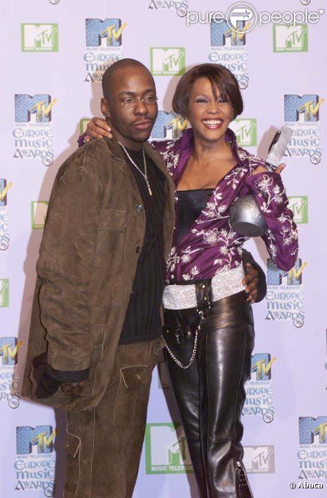 Bobby Brown et Whitney Houston posent lors MTV Europe Music Awards à Dublin en novembre 1999