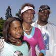 Bobby Brown en compagnie de Whitney Houston et de leur fille Bobbi Kristina au Disneyland d'Anahein en Californie en août 2004