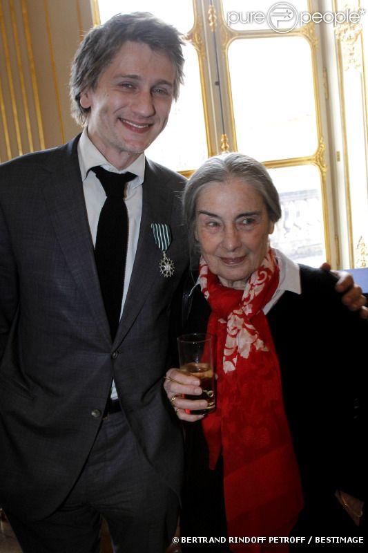 Stanislas Merhar et sa mère, à Paris le 20 avril 2012.