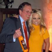 Pamela Anderson : Sensualité, liqueur et concours de muscles