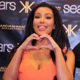 Kim Kardashian et sa soeur Khloe lors de la présentation de la nouvelle collection Kardashian Kollection à Chicago le 20 avril 2012