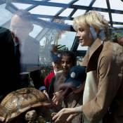 Princesse Charlene: Radieuse, les cheveux courts, en compagnie de jolies tortues