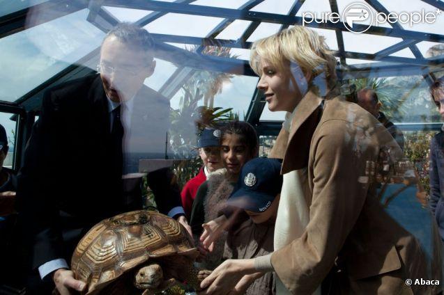 La princesse Charlene de Monaco inaugure L'Ile aux tortues sur le toit du Musée océanographique de Monaco, le 24 avril 2012.