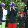 Les trois enfants de Michael Jackson sous leur masque, à Los Angeles, le 15 mai 2009.
