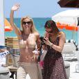Michelle Hunziker et sa fille Aurora profitent d'une journée ensoleillée à Miami le 26 avril 2012