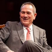 Tommy Lee Jones souriant pour son retour à Harvard