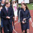 Kate en tailleur Amanda Wakeley pour la dernière sortie avant le mariage, en avril 2011, à Darwen.   Catherine, duchesse de Cambridge (Kate Middleton), devenue de manière fulgurante une icône de style depuis son entrée dans la famille royale, s'en est souvent remise au bleu, une couleur qu'elle affectionne, pour des occasions spéciales.