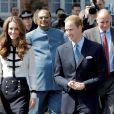 Kate et William lors de leur tournée royale à l'été 2011.   Catherine, duchesse de Cambridge (Kate Middleton), devenue de manière fulgurante une icône de style depuis son entrée dans la famille royale, s'en est souvent remise au bleu, une couleur qu'elle affectionne, pour des occasions spéciales.