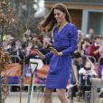 Kate Middleton dans une robe Reiss bleue empruntée à sa mère Carole Middleton en mars 2012 pour l'inauguration de The Treehouse à Ipswich, où elle a prononcé son tout premier discours.   Kate Middleton, devenue Catherine, duchesse de Cambridge à son entrée dans la famille royale, s'en est souvent remise au bleu, une de ses couleurs de prédilection, pour des occasions particulières.