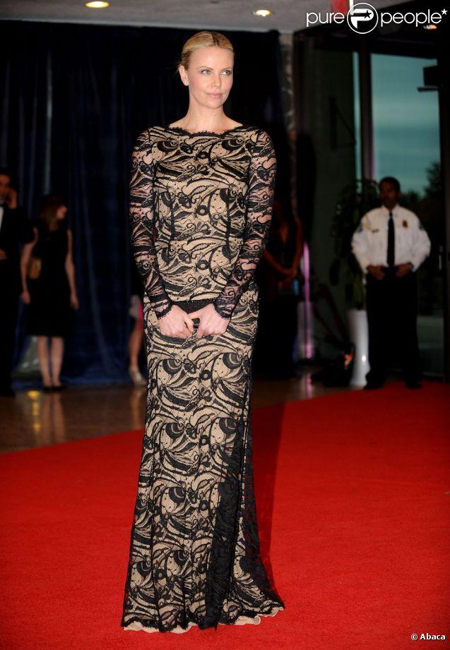 Charlize theron ose la maxi robe en dentelle au d ner des for Plus la taille robes de mariage washington dc