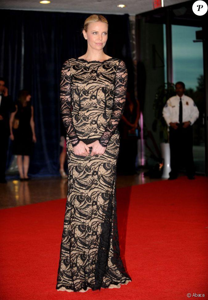 Charlize theron ose la maxi robe en dentelle au d ner des for Robe maxi au mariage