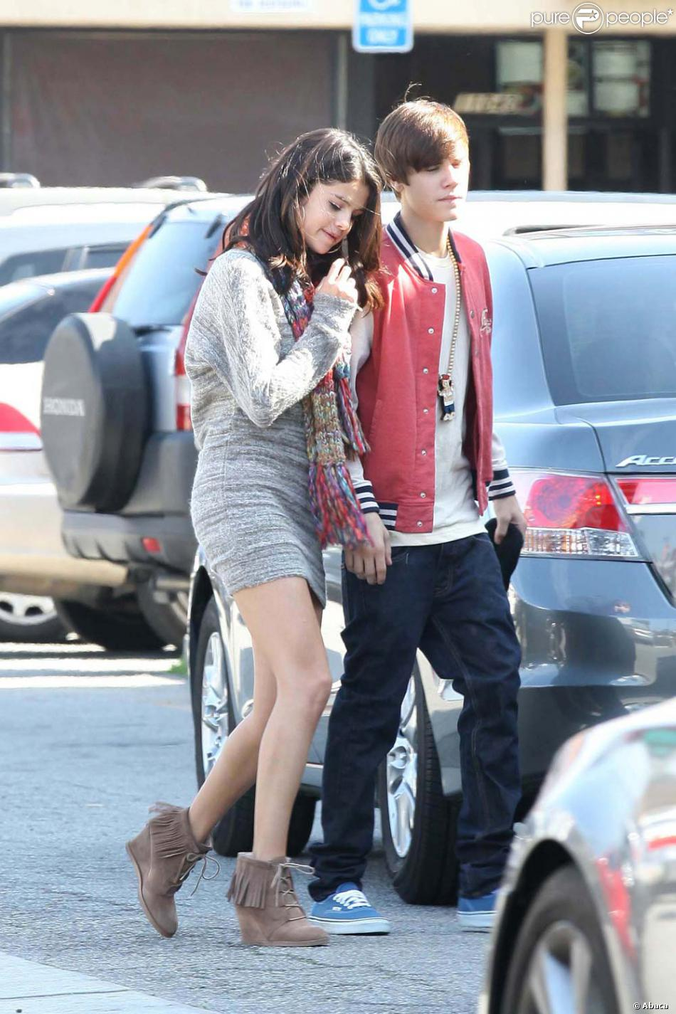 selena gomez et son petit ami justin bieber los angeles le 25 f vrier 2012. Black Bedroom Furniture Sets. Home Design Ideas