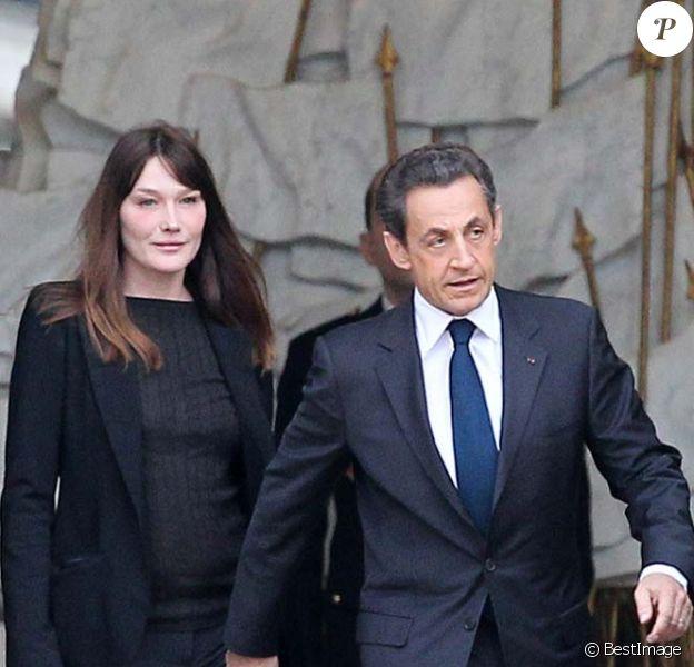 Après la révélation des résultats Carla Bruni et Nicolas Sarkozy quittent l'Elysée, à Paris, le 6 mai 2012.
