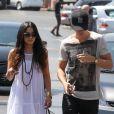 Très complices, Vanessa Hudgens et son chéri Austin Butler font leurs courses à Los Angeles le 7 mai 2012