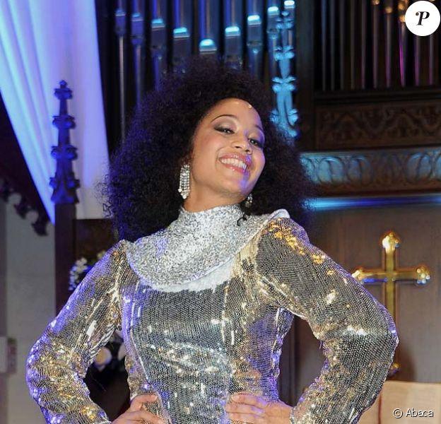 La Québécoise Kania reprend le rôle créé par Whoopi Goldberg. Showcase de la comédie musicale Sister Act à l'église américaine de Paris, le 9 mai 2012.